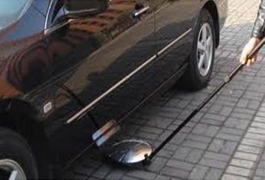 έλεγχος κάτω από αυτοκίνητα με έναν καθρέφτη