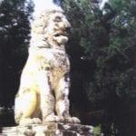 σημάδι με ομοίωμα λιοντάρι σε βράχο