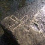 σημάδι σταυρός σε πέτρα