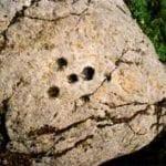 σημάδι με τρύπες σε βράχο
