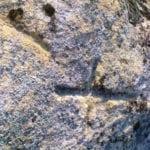 σημάδι σταυρός σε βράχο