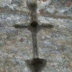 σημάδι σε βράχο σταυρός