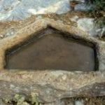 σημάδι χαραγμένο σε βράχο
