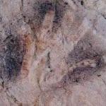 σημάδι με χρυσό χέρι σε βράχο