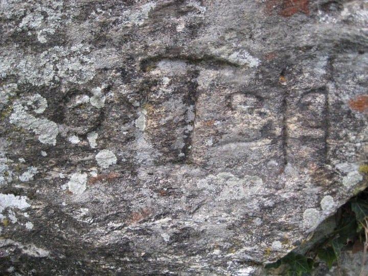 σημάδι πάνω σε βράχο